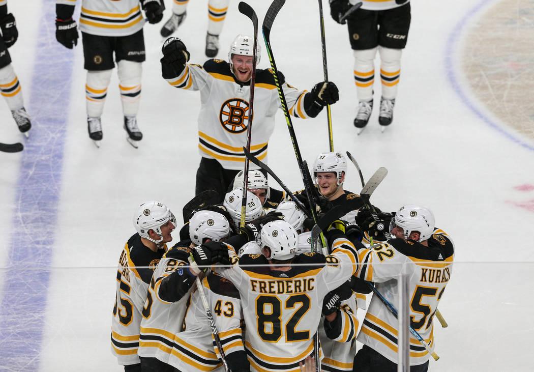 Los Boston Bruins celebran su victoria contra los Golden Knights de Las Vegas después de que el ala derecha de los Boston Bruins, David Backes (42), anotó ante el portero de los Vegas Golden Kni ...