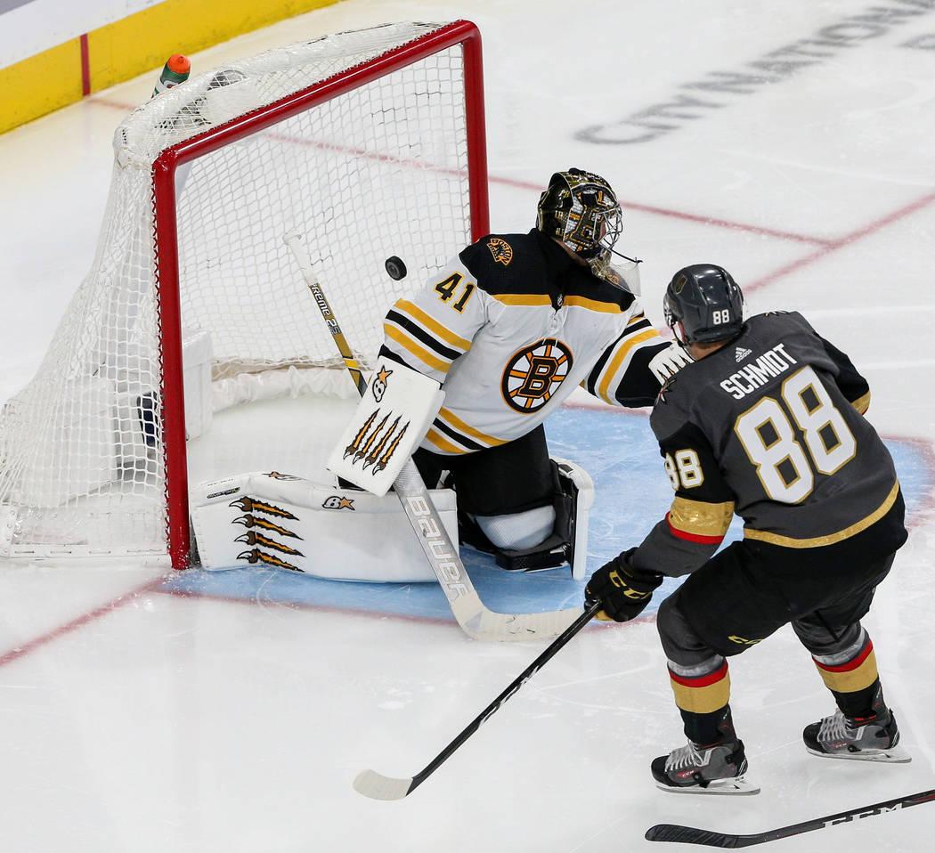 El defensa Nate Schmidt (88) de los Golden Knights de Las Vegas, anota ante el portero Jaroslav Halak (41) de los Boston Bruins durante el tercer período de un juego de hockey de la NHL en T-Mobi ...