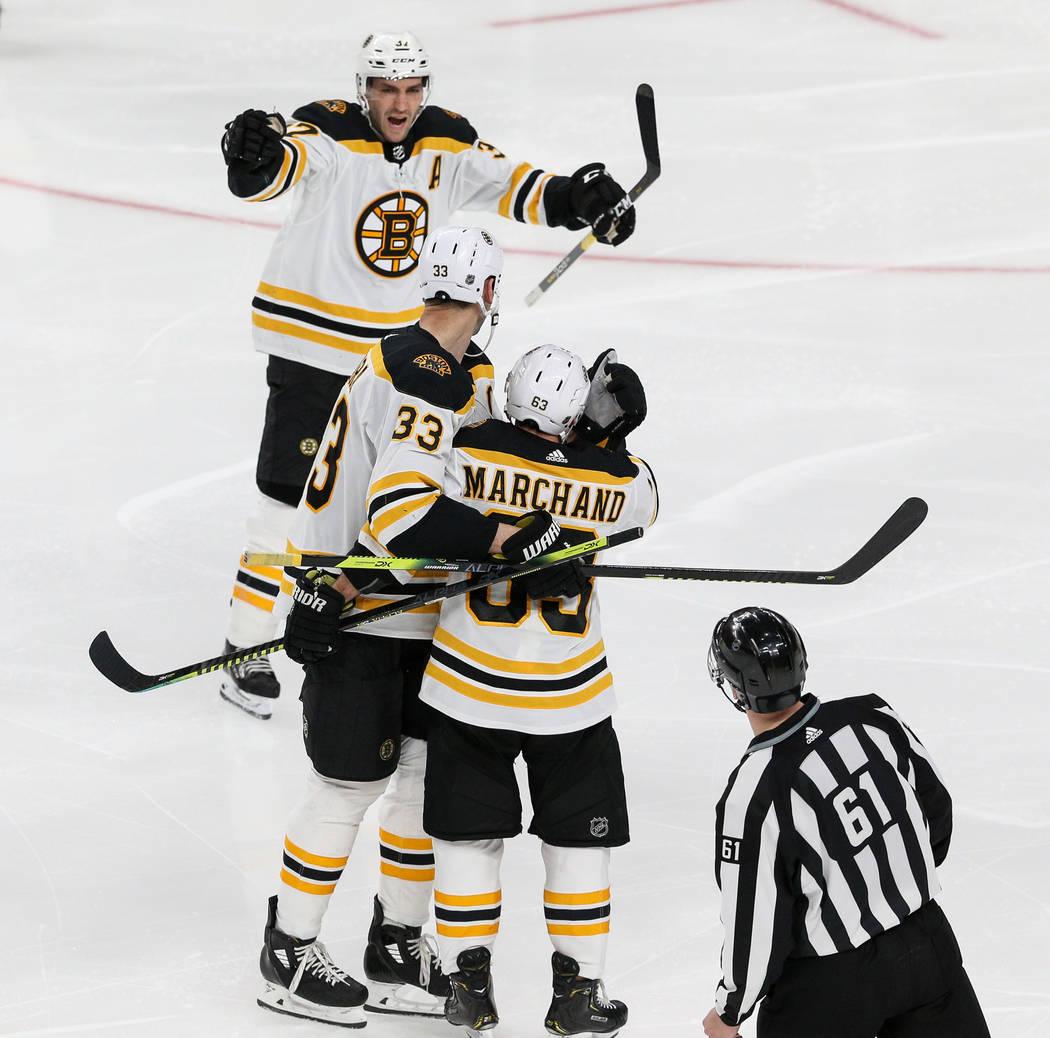 Los Boston Bruins celebran después de que Brad Marchand (63) anotara contra los Vegas Golden Knights durante el tercer período de un juego de hockey NHL en T-Mobile Arena en Las Vegas, miércole ...
