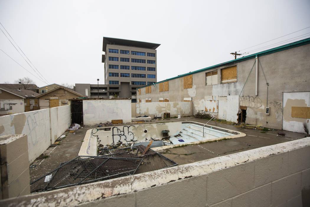 Vista del área de la piscina en el edificio de anexión del Hotel El Cid en el centro de Las Vegas el jueves 21 de febrero de 2019. El Ayuntamiento de Las Vegas tomó medidas para demoler el hote ...