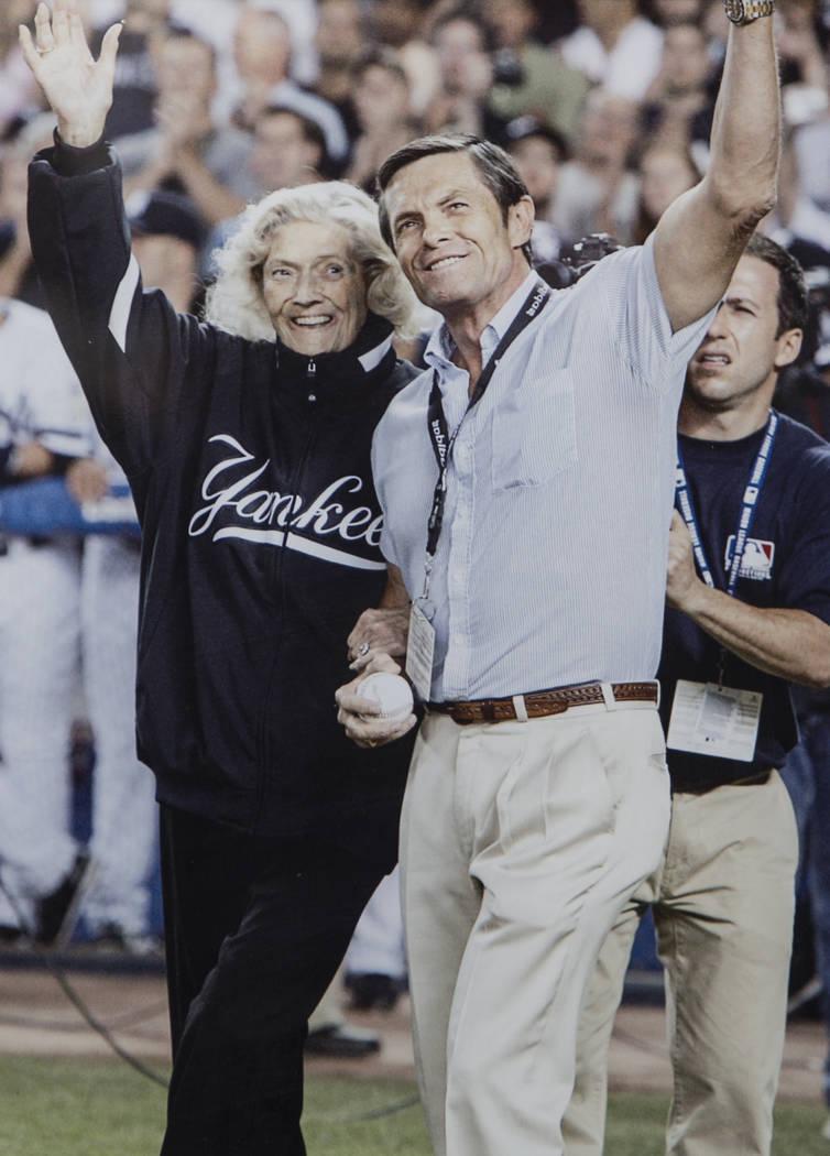 Una foto de Julia Ruth Stevens, a la izquierda, hija del jugador Babe Ruth del Salón de la Fama de los Yankees de Nueva York, y su hijo Tom Stevens saludando a los fans antes de que Ruth Stevens ...