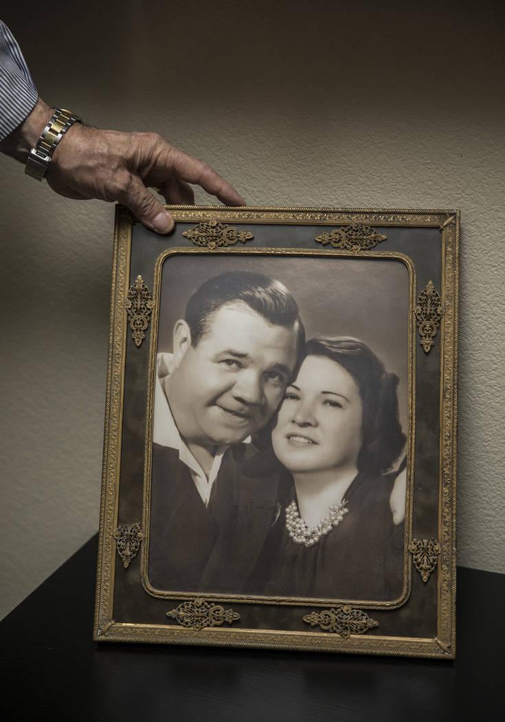 Una foto de Babe Ruth, a la izquierda, con su esposa Claire, en la casa de su nieto Tom Stevens el jueves 31 de enero de 2019, en Henderson. (Benjamin Hager / Las Vegas Review-Journal) @BenjaminHphoto
