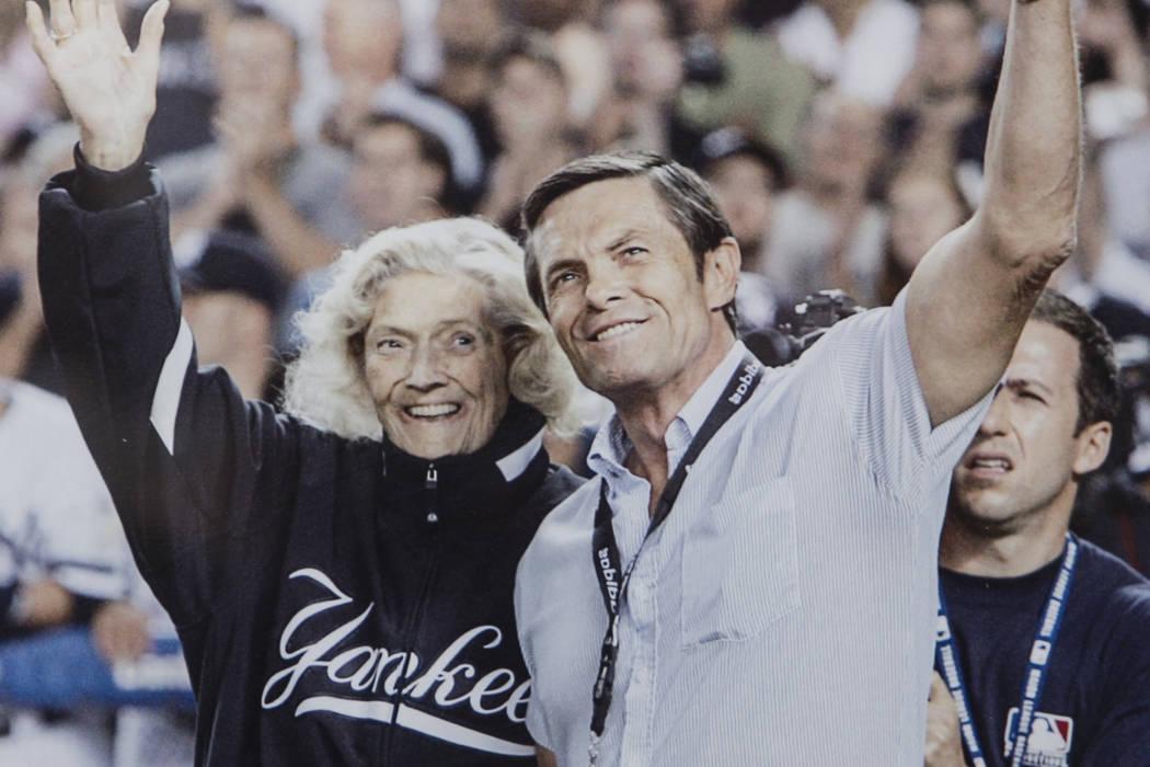 Una foto de Julia Ruth Stevens, a la izquierda, hija de Babe Ruth del Salón de la Fama de los Yankees de Nueva York, con su hijo Tom Stevens saludando a los fans antes de que Ruth Stevens lanzara ...