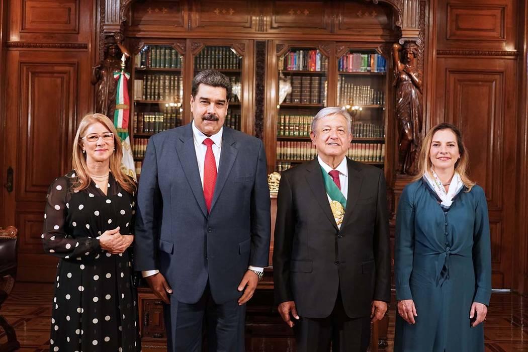 ARCHIVO. México 1 Dic 2018 (Notimex-Arturo Monroy).- El presidente Andrés Manuel López Obrador y su esposa Beatriz Gutiérrez Müller, recibieron el saludo del Excmo. Sr. Nicolás Maduro, presi ...