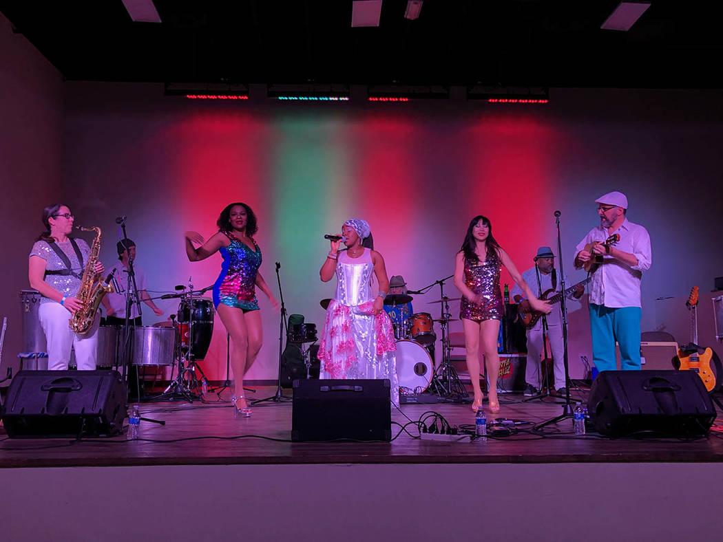 En la foto, el grupo brasileño Sambadá, dirigido por el guitarrista Papiba Godinho (derecha) y la vocalista Dandha DaHora (centro). Viernes 22 febrero de 2019 en el Rhythms Dance Studio. Foto Va ...