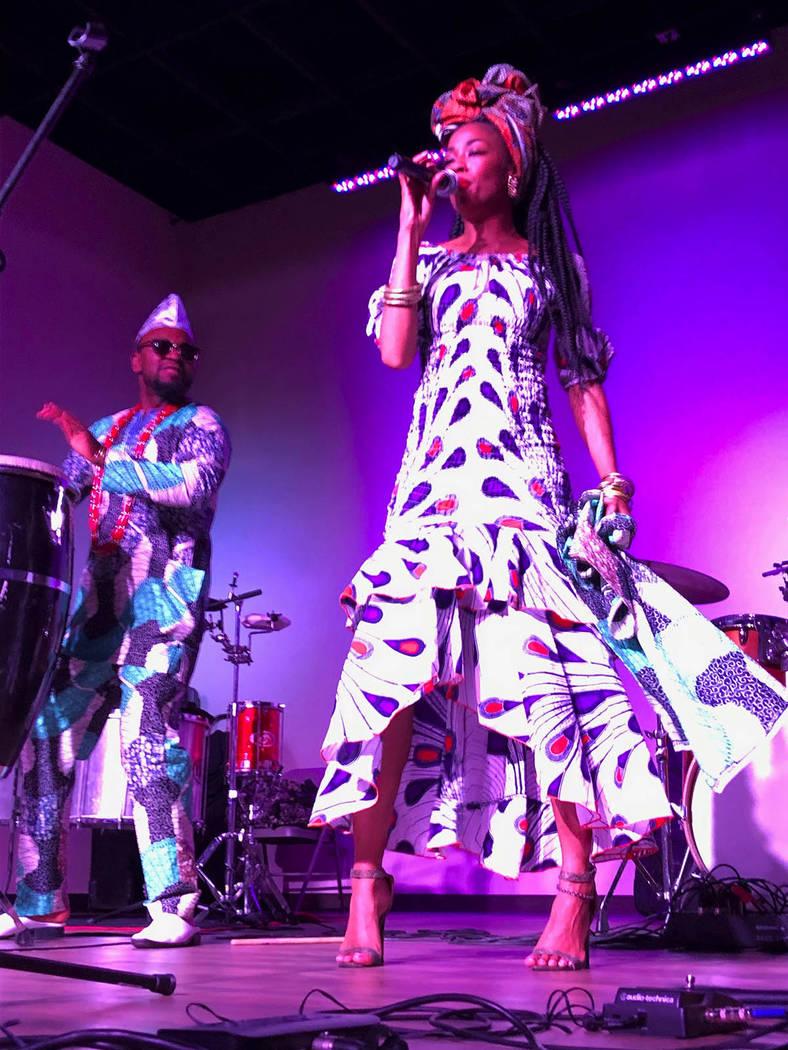 """El grupo de música africana """"Ogulano"""", con su dúo de Nigeria, el percusionista Oba Tayese, y la vocalista Yeye Tallese. Viernes 22 febrero de 2019 en el Rhythms Dance Studio. Foto Valdemar G ..."""