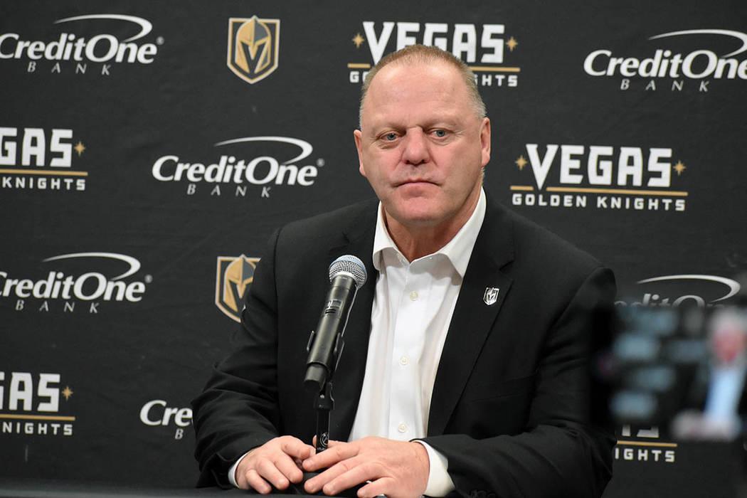 Los Caballeros continuaron con sus recientes problemas en la pista de hielo y tuvieron dos costosos errores que los llevaron a una derrota por 6-3 ante los Winnipeg Jets. En la foto, el entrenador ...