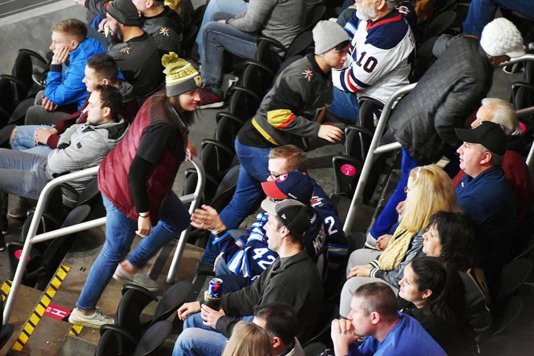 A mediados del tercer periodo, una parte de la multitud anunciada de 18,280 había visto suficiente y comenzó la retirada. Viernes 22 de febrero de 2019 en la arena T-Mobile. Foto Frank Alejandre ...