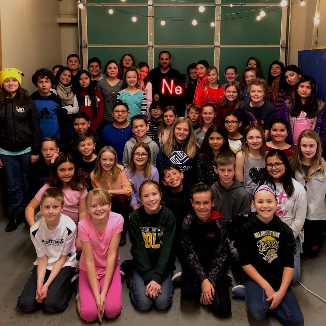 Los estudiantes de quinto y sexto grado de Will Durham en Carson Montessori School en Carson City están detrás del movimiento para hacer del neón un elemento oficial de Nevada. (Will Durham)