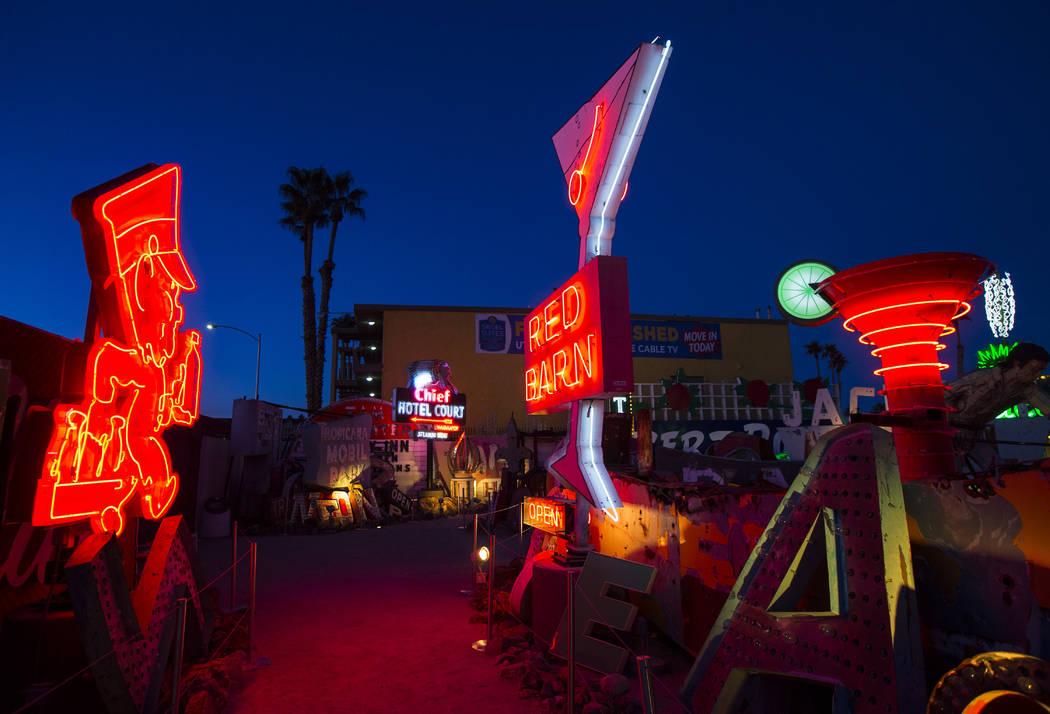 Letreros de neón iluminan el cementerio en el Neon Museum al amanecer en Las Vegas el lunes 28 de enero de 2019 (Chase Stevens / Las Vegas Review-Journal) @csstevensphoto