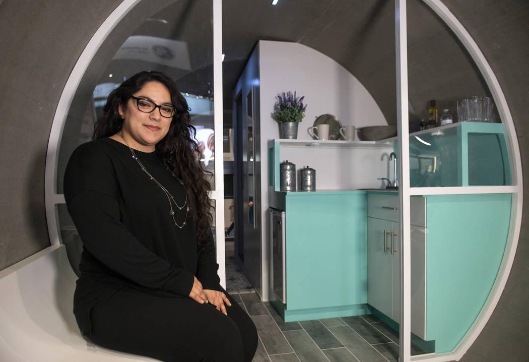 Sandra Guillén posa para una fotografía fuera de la casa creada como parte del proyecto Rinker Materials Pipe Dream en el Centro de Convenciones de Las Vegas en Las Vegas, miércoles 20 de febre ...