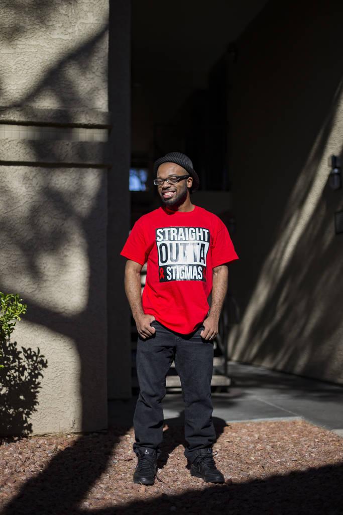 El comediante Brandon Cox Sanford afuera de su casa en Henderson, el martes 19 de febrero de 2019. Cox Sanford nació con VIH y lo menciona en sus sets para eliminar estigmas sobre el virus. (Rach ...