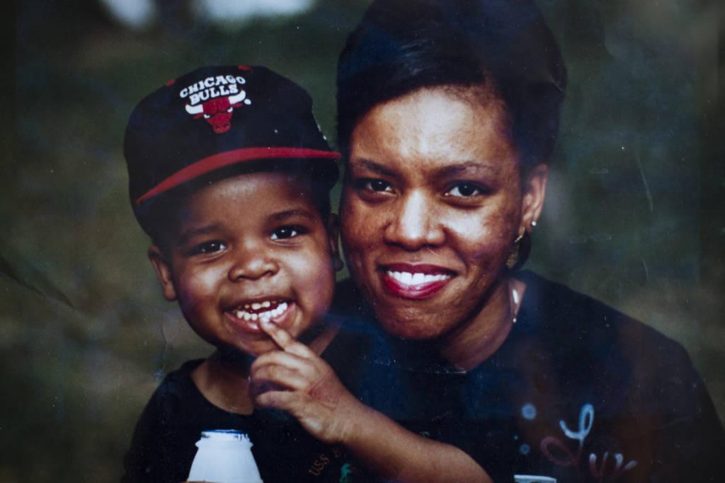 Una foto de Brandon Cox Sanford con su madre Linette en su casa en Henderson, el martes 19 de febrero de 2019. Cox Sanford nació con VIH y lo menciona en sus sets de pie para remover estigmas del ...