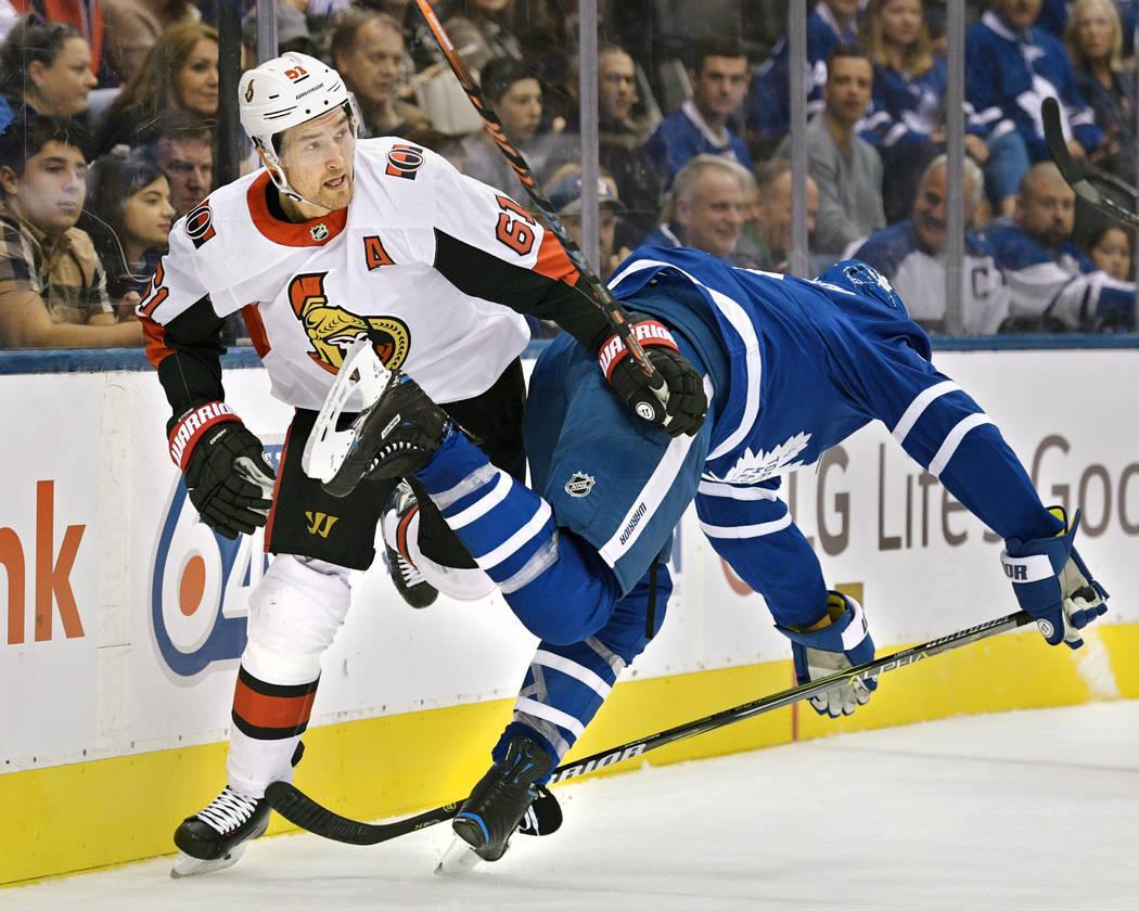TORONTO, ON - 6 DE OCTUBRE: El ala derecha de los Senators de Ottawa, Mark Stone (61), empuja al defensa de los Toronto Maple Leafs, Ron Hainsey (2), durante el juego de la NHL de la temporada reg ...
