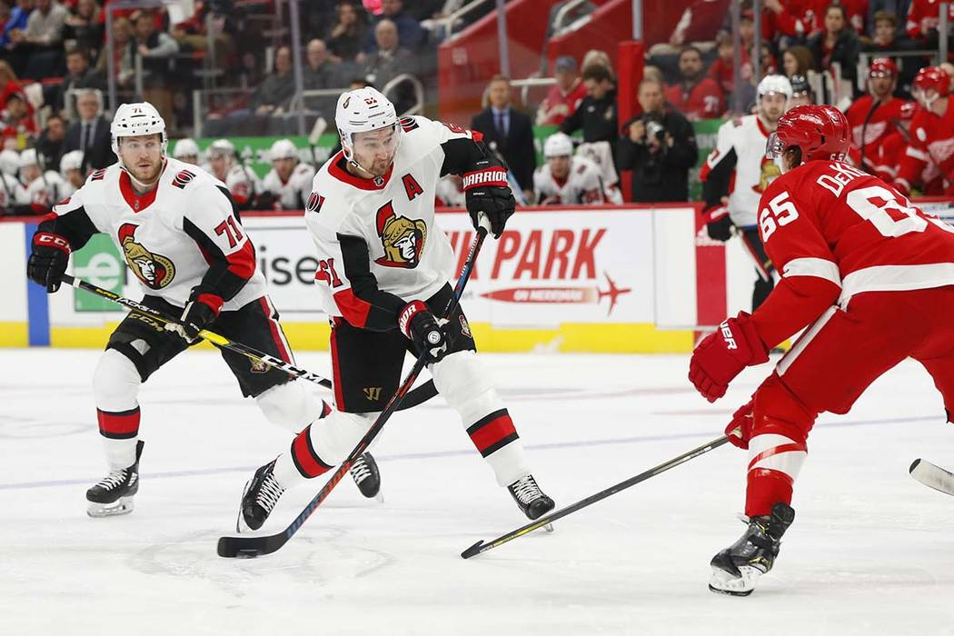 El ala derecha de los Senators de Ottawa, Mark Stone (61), dispara contra los Detroit Red Wings en el primer período de un juego de hockey de la NHL el jueves 14 de febrero de 2019 en Detroit. (P ...