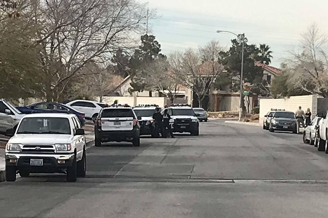 La policía investiga la muerte de un niño de 2 años en la cuadra 8600 de Manalang Road, en el sureste de Las Vegas, el lunes 25 de febrero de 2019. (Lukas Eggen / Las Vegas Review-Journal