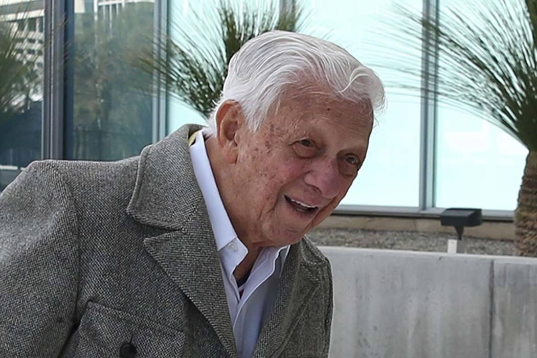 El Dr. S. Jay Hazan, de 94 años, veterano del Ejército de la Segunda Guerra Mundial, llega a la casa de los juzgados de Lloyd George, Estados Unidos, para su comparecencia el martes 26 de febrer ...