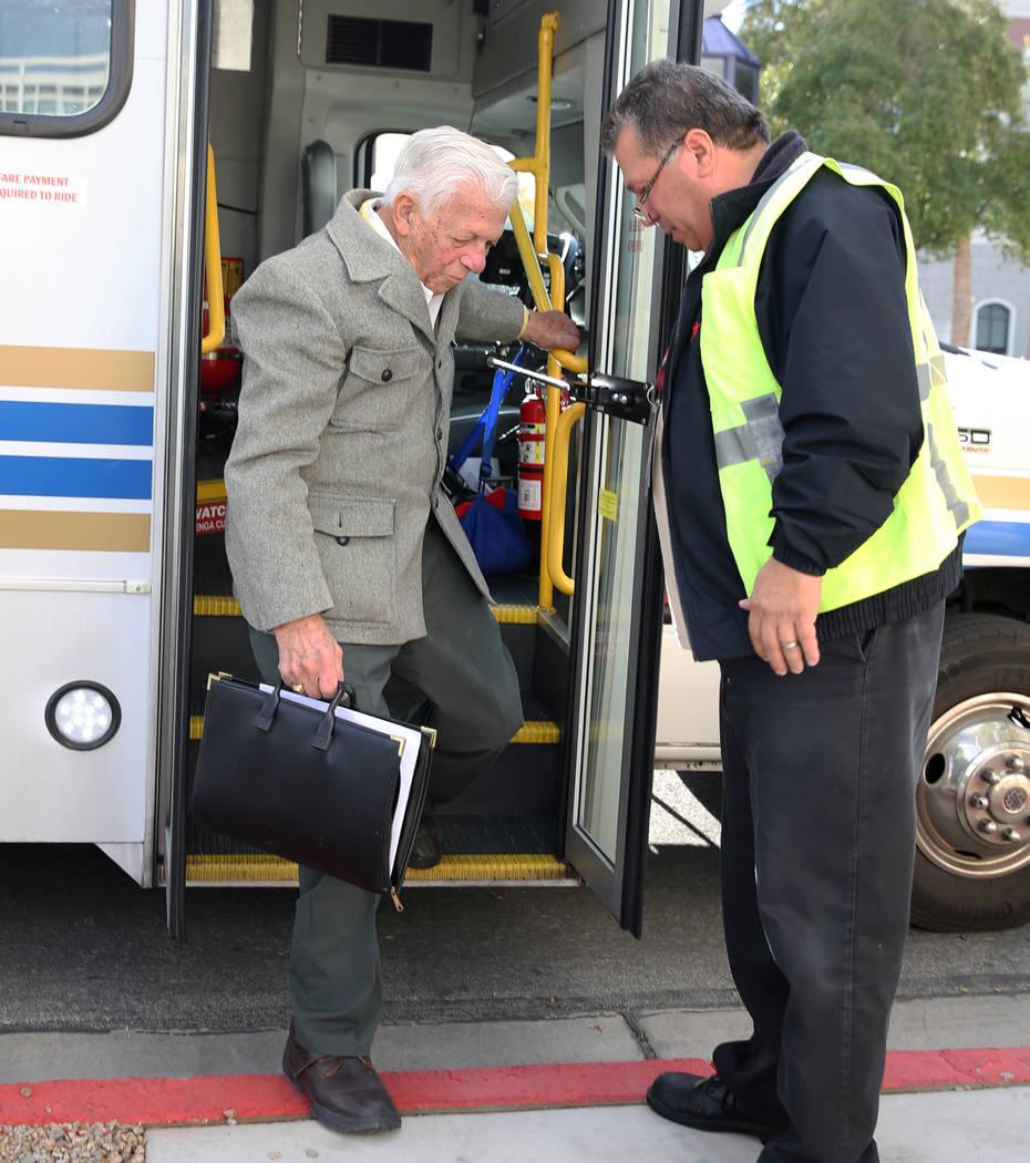 El Dr. S. Jay Hazan, 94, un veterano del Ejército de la Segunda Guerra Mundial, se baja de su servicio de transporte cuando llega a la casa de Lloyd George U.S. Courthouse para su comparecencia e ...