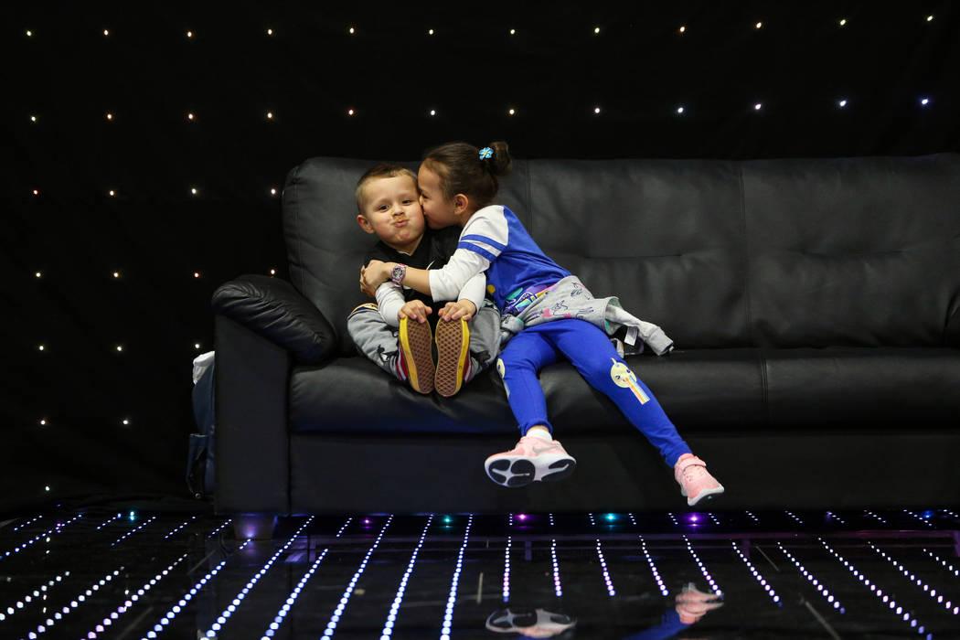 Ava Gamboa, de 6 años, besa a su hermano José Gamboa de 4 años en la mejilla en el Photo Booth Expo en el South Point Hotel and Casino en Las Vegas, el martes 26 de febrero de 2019. (Caroline B ...