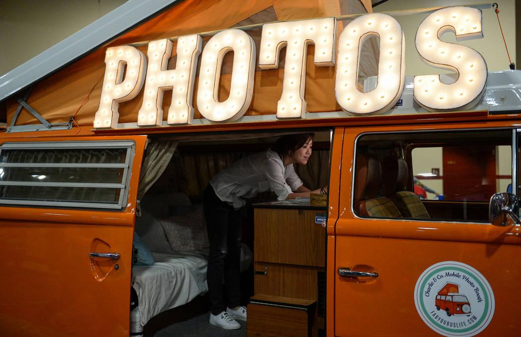 Page Lee se levanta para tomar una foto en el stand de Charlie & Co. Photo Booth en el stand de Simple Booth en el Photo Booth Expo en el South Point Hotel and Casino en Las Vegas, el martes 26 de ...