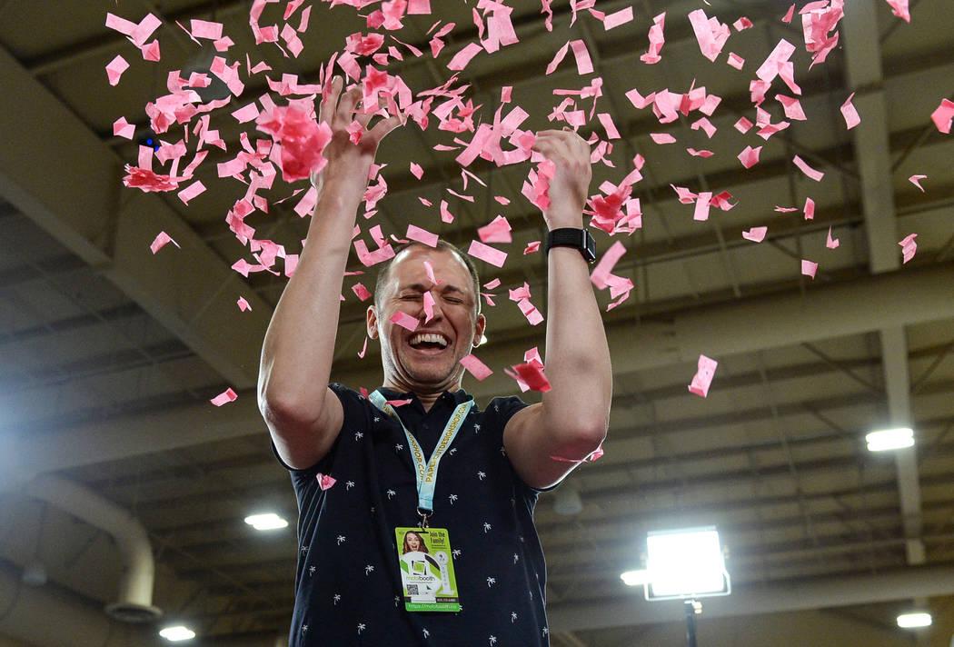 Brad Dixon arroja confeti cuando se toma una foto en el stand de LowGo 360 en el Photo Booth Expo en el South Point Hotel and Casino en Las Vegas, el martes 26 de febrero de 2019. (Caroline Brehma ...