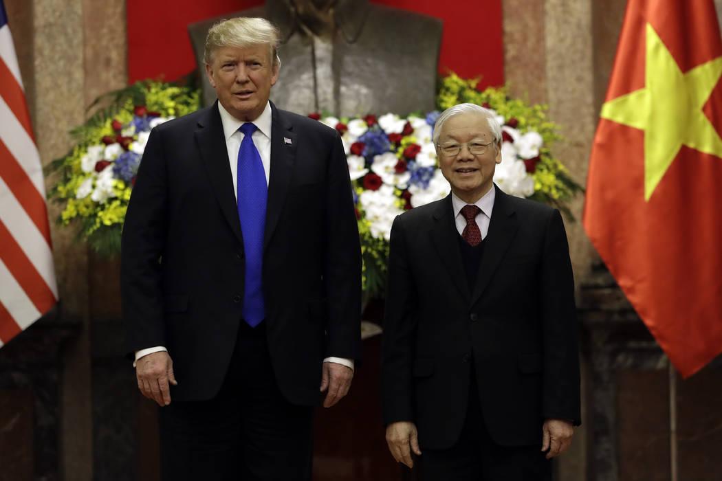 El presidente Donald Trump se reúne con el presidente vietnamita Nguyen Phu Trong en el Palacio Presidencial, el miércoles 27 de febrero de 2019, en Hanoi. (Foto AP / Evan Vucci)
