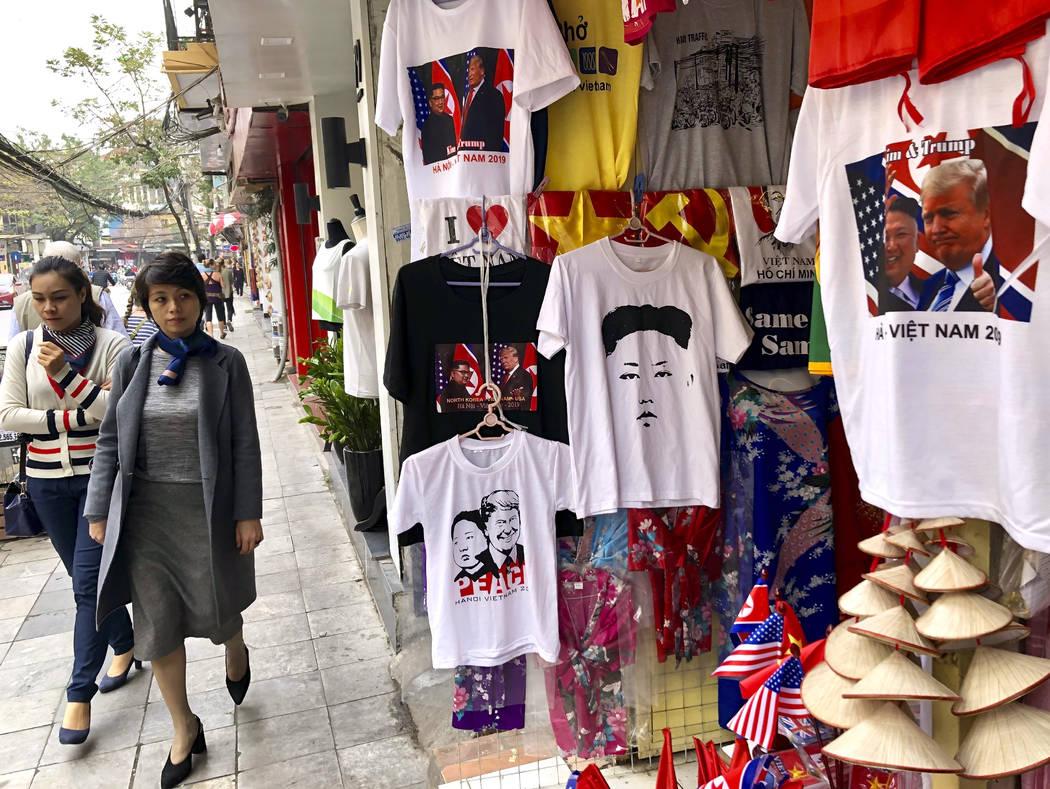 Una mujer mira una tienda que vende camisetas que marcan la cumbre entre el presidente Donald Trump y el líder norcoreano Kim Jong Un en Hanoi, Vietnam, el miércoles 27 de febrero de 2019. Trump ...