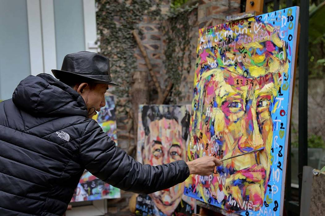 Tran Lam Binh le da los toques finales a un retrato del presidente Donald Trump en Hanoi, Vietnam, el 25 de febrero de 2019. (Tran Van Minh / AP)
