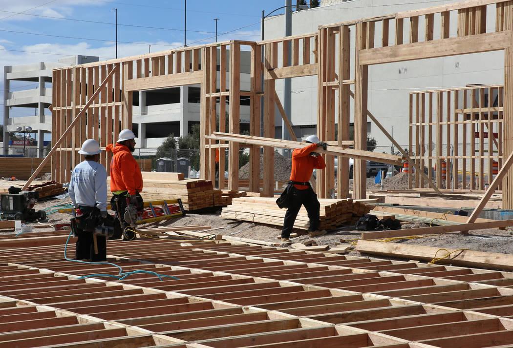Trabajadores durante la construcción de Wahoo's Fish Taco en el proyecto de uso mixto en construcción en Flamingo Road y Valley View Boulevard, junto a Palms el miércoles 27 de febrero de 2019, ...