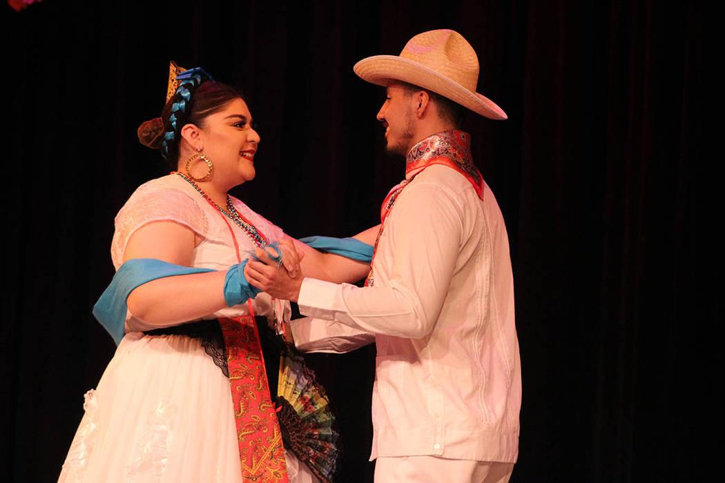 El grupo manda a hacer sus trajes cuidando cada detalle de la tradición. Sábado 23 de febrero de 2019 en el teatro Winchester. Foto Cristian De la Rosa / El Tiempo - Contribuidor.