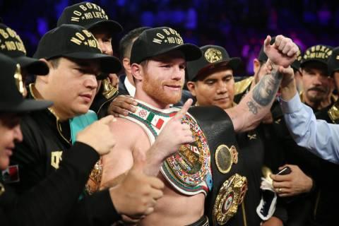 """ARCHIVO.- Saul """"Canelo"""" Álvarez, centro, celebra su victoria por decisión mayoritaria contra Gennady Golovkin en la pelea por el título mediano de WBC, WBA, IBO, RING en T-Mobile Arena en Las V ..."""