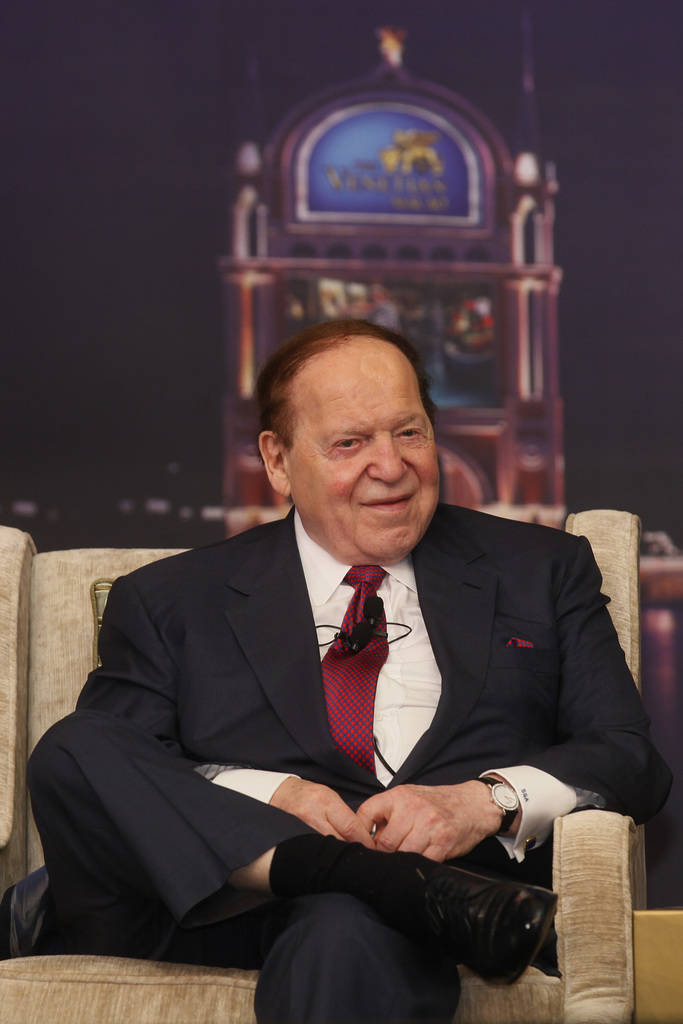 El presidente y CEO de Las Vegas Sands, Sheldon Adelson, habla en una conferencia de prensa para el Sands Cotai Central en Macao el miércoles 12 de abril de 2012. El operador de casino de Macau d ...