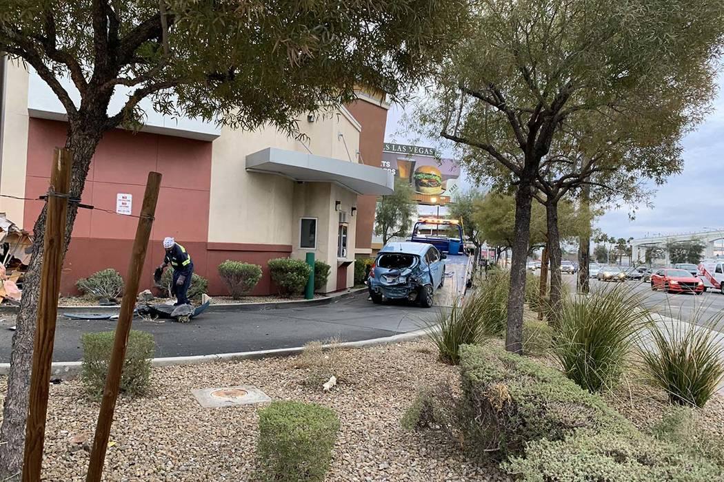 Un automóvil se estrelló contra la pared de un Starbucks en su carril de acceso directo en Sahara Avenue y Paradise Road, viernes 1 de marzo de 2019. (Jessica Terrones / Las Vegas Review-Journal)
