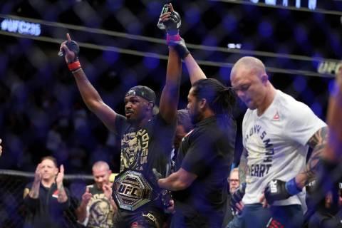 Jon Jones, a la izquierda, levanta la mano ante Anthony Smith en la pelea por el título de peso Semipesado durante UFC 235 en T-Mobile Arena en Las Vegas, el sábado 2 de marzo de 2019. Jones gan ...