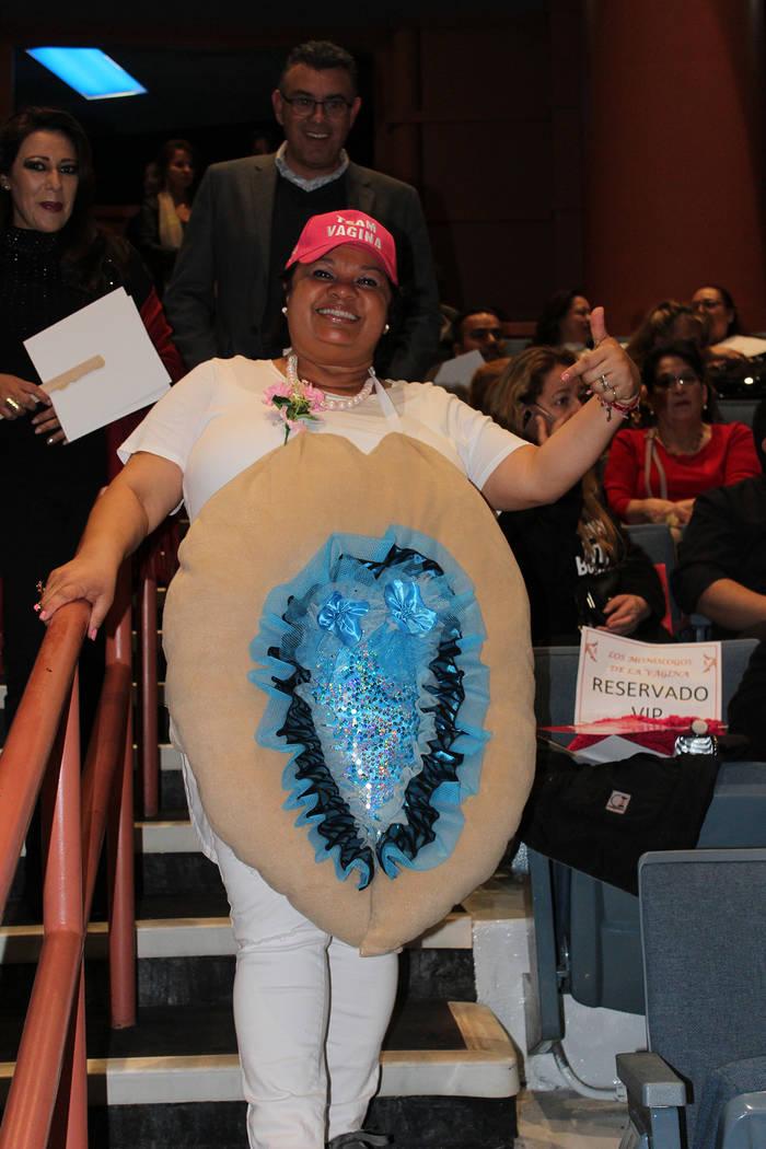 Dalia Suarez, organizadora, se tomó fotos con los asistentes en su disfraz de vagina. Sábado 2 de marzo del 2019 en el teatro de la biblioteca del Condado Clark. Foto Cristian De la Rosa / El Ti ...
