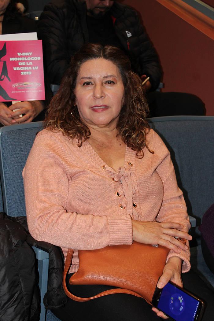 La señora Luz Tirado, asiste a la obra cada año por el mensaje contra la violencia doméstica. Sábado 2 de marzo del 2019 en el teatro de la biblioteca del Condado Clark. Foto Cristian De la Ro ...