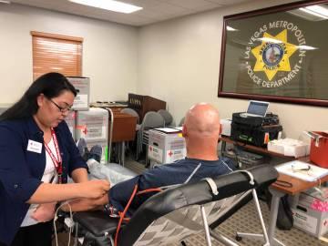 Un oficial de la Policía Metropolitana es atendido por Samantha, de la Cruz Roja, durante una donación de sangre. Jueves 28 de febrero de 2019 en las instalaciones de la Asociación Protectora d ...