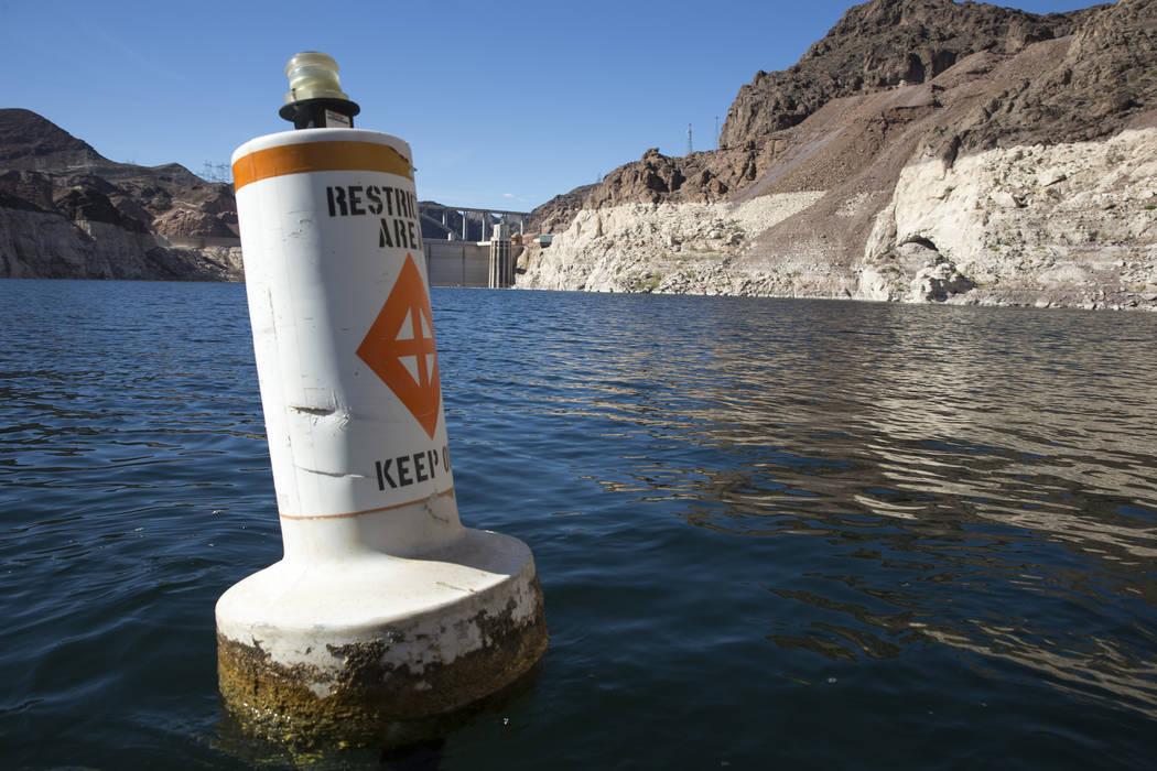 Una boya marca el área restringida a las torres de toma de la Presa Hoover a lo largo del Cañón Negro del Río Colorado en el Área Recreativa Nacional del Lago Mead en las afueras de Las Vegas ...