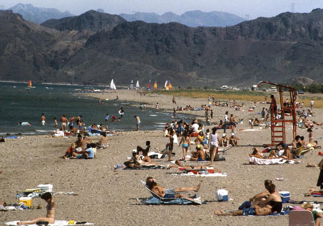 La gente pasa el rato en la playa de Boulder durante el fin de semana del Día de los Caídos en el Área de Recreación Nacional Lake Mead cerca de la ciudad de Boulder el 24 de mayo de 1987. (Ga ...