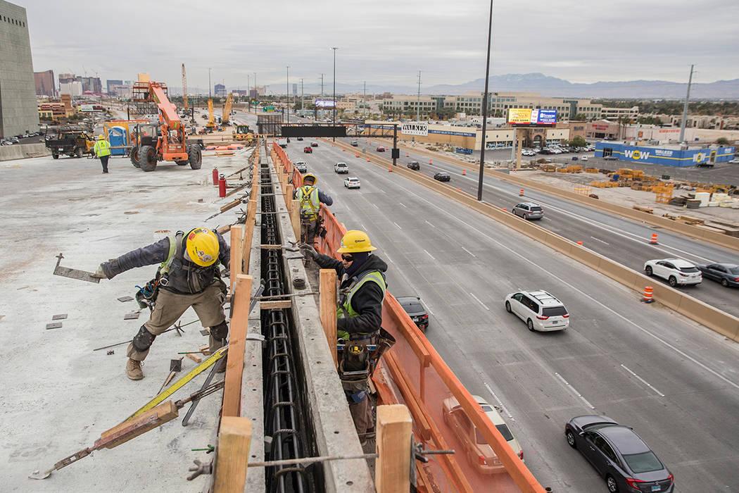 La construcción continúa en la rampa HOV en el Spaghetti Bowl como parte del Proyecto Neon el miércoles 5 de diciembre de 2018, en Las Vegas. (Benjamin Hager / Las Vegas Review-Journal)