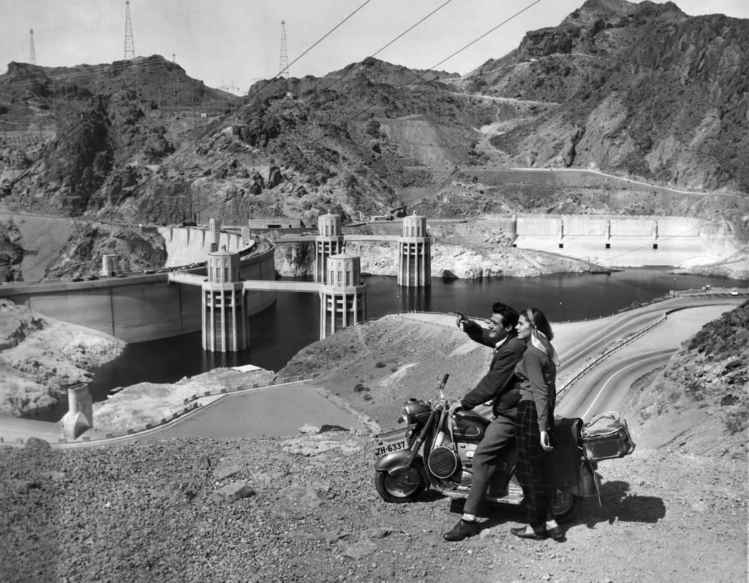 La poderosa Presa Hoover impresiona a una joven pareja suiza que realiza su primera gira por Estados Unidos en su scooter, el 9 de abril de 1954 en Nevada. Los nativos de Zurich, Fred y Beatrice T ...