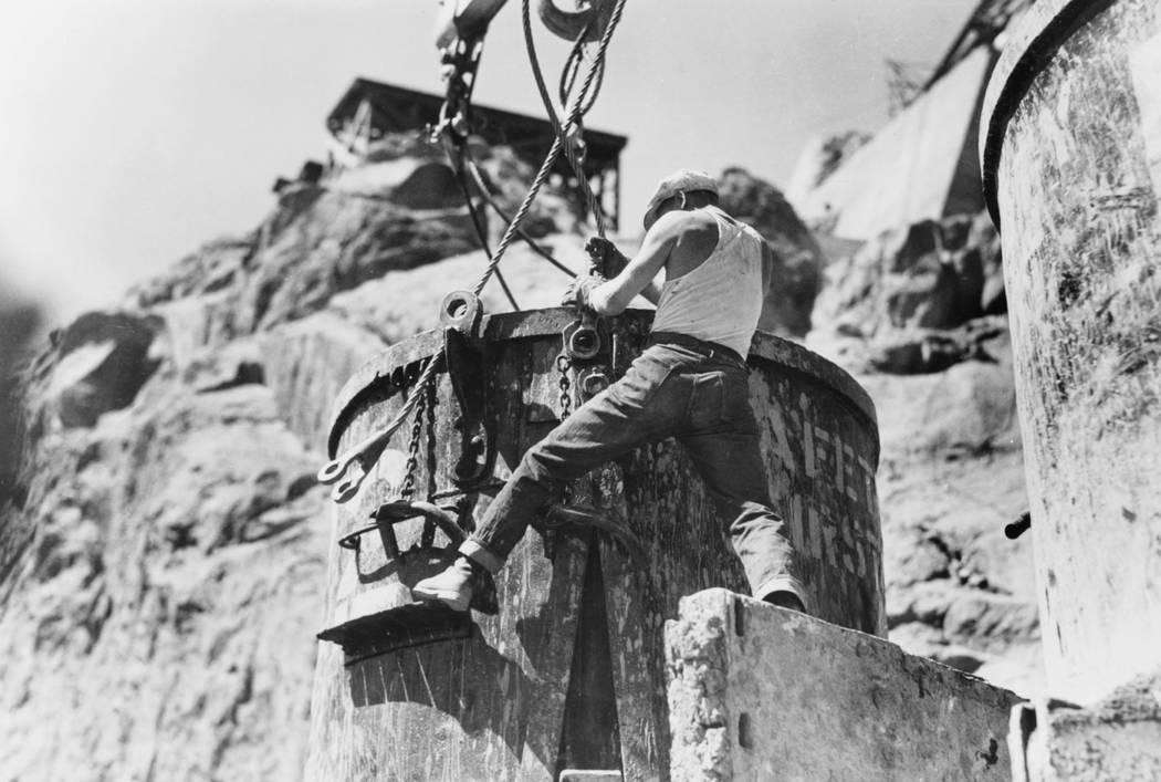 Un trabajador conecta los cables a un cubo de concreto con capacidad de ocho yardas cúbicas en una estación de transferencia en el borde de Black Canyon en Nevada durante la construcción de la ...