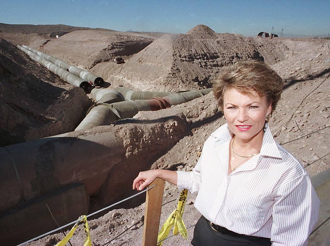 Pat Mulroy en el área de construcción del túnel del ducto 10 8 96 RJ Photo Gary Thompson