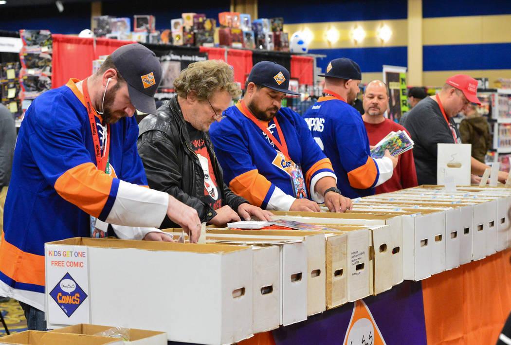 Los asistentes a la convención y los empleados de ShimpSonS ComicS cavaron a través de cajas de cómics en la convención de juguetes y cómics de Las Vegas en el Westgate Resort and Casino en L ...