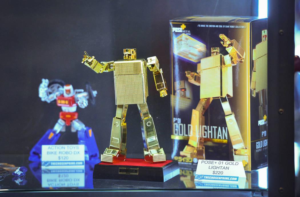 Una figura del anime Golden Warrior Gold Lightan se exhibe en The Chosen Prime Booth en la convención de cómics y juguetes de Las Vegas en el Westgate Resort and Casino en Las Vegas, el domingo ...