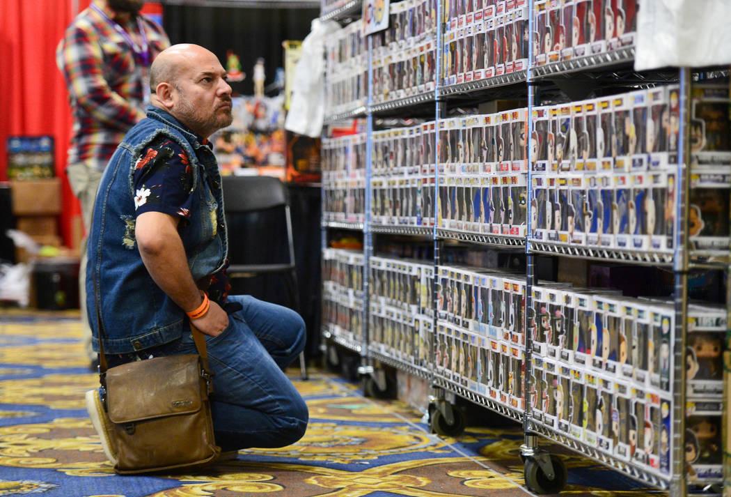 Joseph Aguilera escanea filas y filas de Pop! figuritas en la convención de cómics y juguetes de Las Vegas en el Westgate Resort and Casino en Las Vegas, el domingo 3 de marzo de 2019. ¡Pop! fa ...