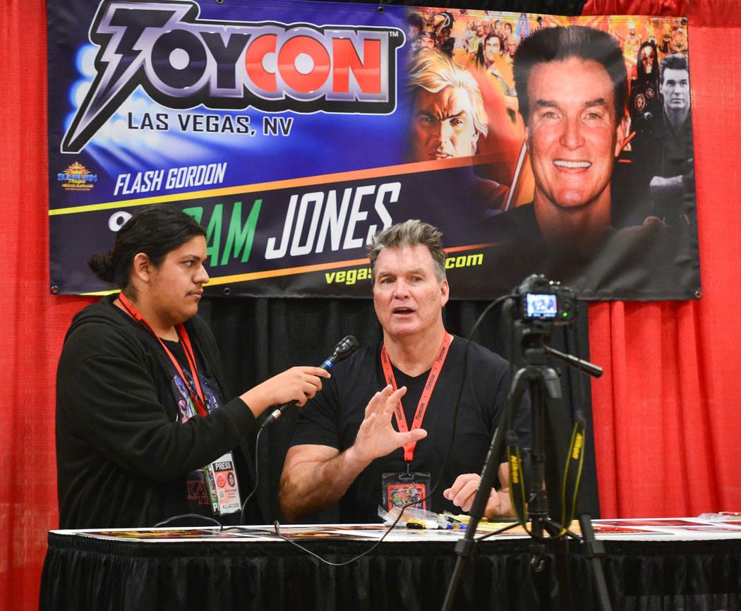 Sam Jones, quien interpretó a Flash Gordon en la película de 1980 Flash Gordon, da una entrevista a Las Vegas Toy and Comic Convention en el Westgate Resort and Casino en Las Vegas, el domingo 3 ...