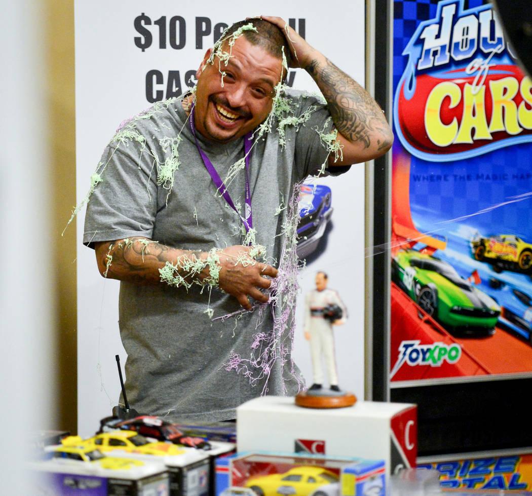 El miembro del personal Joseph Vigil sonríe después de iniciar una pelea de Silly String en la convención de cómics y juguetes de Las Vegas en el Westgate Resort and Casino en Las Vegas, el do ...