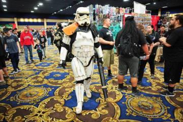TD-22766, miembro de la popular Star Wars Community 501st Legion, hace cosplay como un storm trooper del episodio 4 de Star Wars en la convención de cómics y juguetes de Las Vegas en Westgate Re ...
