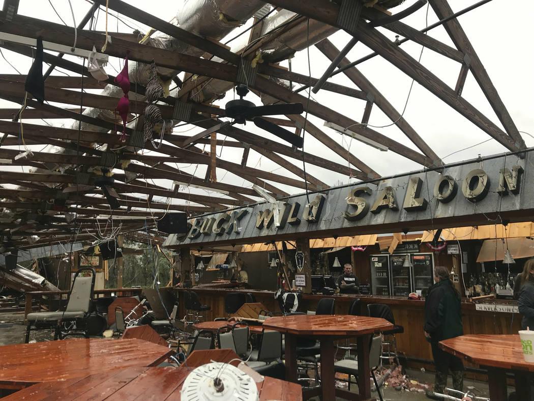Esta foto muestra algunos daños en el Buck Wild Saloon, ubicado en la carretera estadounidense 280, al este de la estación Smiths, Alabama, el domingo 3 de marzo de 2019, luego de que un sistema ...